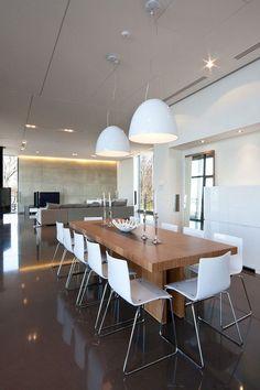 Massivholz Esstisch ,weiße Stühle und weiße Pendelleuchten