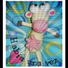 Vaca tejida a crochet en hilo, de 25 cms de alto.