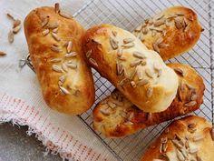 Täyteläiset sämpylät sopivat täytettäväksi nakeilla tai nyhtölihalla. Tuorejuustolla ja vihanneksilla täytettynä ne maistuvat brunssilla.