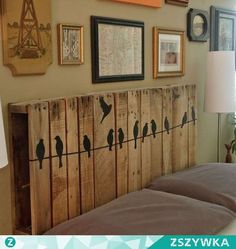 10 DIY Pallet Headboard Designs The most precious piece of furniture that lifts up the mood of your entire bedroom is the headboard. Diy Wanddekorationen, Headboard Designs, Headboard Ideas, Headboard Pallet, Storage Headboard, Bench Storage, Twin Headboard, Pallet Crafts, Diy Pallet
