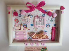 Fimo World Ilaria: Quadretto nascita personalizzato, fimo Baby Picture Frames, Baby Frame, Baby Boy Decorations, Baby Decor, Polymer Clay Figures, Polymer Clay Crafts, Baby Crafts, Diy And Crafts, Biscuit