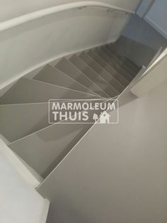 Foto impressie van vloeren, trappen en maatwerk door Marmoleum Thuis Black Staircase, Day Room, Interior Stairs, Minimalist Design, My Dream Home, Tile Floor, Home Improvement, Sweet Home, New Homes