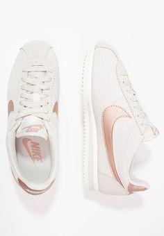 Chaussures Nike Sportswear CLASSIC CORTEZ LUX - Baskets basses - light  bone metallic red bronze 56dd579c4b