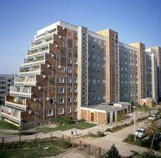 Terrassenhäuser gab es wie hier in Berlin Hellersdorf auch in Rostock-Schmarl. Es war eines von sieben Neubauwohngebieten der heutigen Hansestadt. Die Großwohnsiedlung Schmarl war mit ihren mehr als 6.500 Wohnungen für 16.000 Bewohner ausgerichtet. Zur Infrastruktrur gehören fünf Schulen und Kindertagesstätten sowie mehrere Kinos und Kaufhallen. Bildrechte: dpa