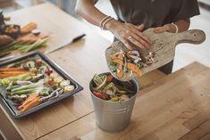 Uma forma muito inteligente e eficiente de aproveitar restos de alimentos é usá-los para fazer adubo em casa. Além de sustentável é econômico e quebra o maior galho em casos de emergência. Suas plantas, tanto de vasos quanto de jardim, ficarão bonitas e saudáveis. Aprenda algumas receitas simples a seguir.  Um dos melhores aspectos de providenciar, em casa, o fertilizante para suas verdinhas é sua simplicidade. Best Compost Bin, Compost Tea, Organic Compost, Garden Compost, Potager Garden, Balcony Garden, Composting At Home, Worm Composting, Composting Process