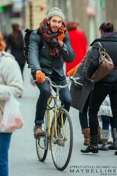 Although talking on the phone while biking might steal some cool points (safety first!) this guy pretty much nailed it on the fashion front. Warm, practical, and stylish!