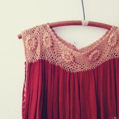 crochet yoke on tank top. Inspiración ༺✿ƬⱤღ http://www.pinterest.com/teretegui/✿༻