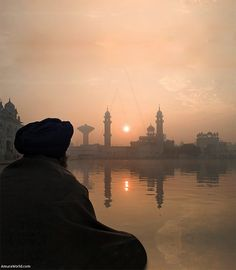 10 Essential Books To Help You Explore The Sikh Faith What Is Sikhism, Paris Skyline, New York Skyline, India Gate, Global Real Estate, Hindu Mantras, 10 Essentials, World Religions, Hinduism