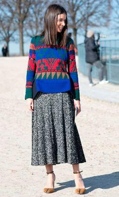 Street style look com suéter estampado e saia midi