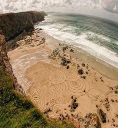 Uma obra de arte temporária feita pelo artista Tony Plant, na areia de praia e só com um arado