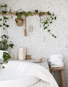 I badrummet vill vi känna lugn. Naturens egna material skapar harmoni och en känsla av välbefinnande. Styling och foto: Daniella Witte Assistent: Maria Lindvall Linnetyg Luovi från...