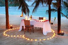 romantic beach dinner - this would be the perfect honeymoon Romantic Beach, Romantic Night, Romantic Dates, Romantic Dinners, Romantic Getaways, Beach Romance, Romantic Ideas, Romantic Backyard, Romantic Escapes