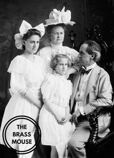 Vintage Family Photos, Vintage Pictures, Vintage Photographs, Victorian Pictures, Group Photo Poses, Vintage Girls, Vintage Children, Big Bows, Old Photos