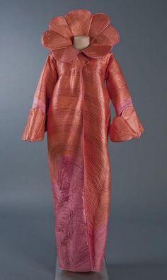 Avondmantel 'Chinese Zee' van oranje roze satijn matelassé (1974), Museum Rotterdam