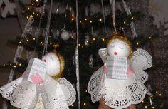 """Kerst engeltje. Gemaakt van melkpak, piepschuimbal, taartkleedjes en bladmuziek """"Engeltje in de kerstboom""""."""