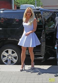 Britney Spears - Show her legs in a short white dress and high heels . Britney Jean, Car Girls, Celebs, Celebrities, American Singers, Britney Spears, Star Fashion, Miu Miu, Mini Skirts
