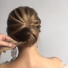 Let's look at the best bridal hair styles and tutorials we've chosen for you! braidedhairstyles braidstyles weddinghairstyles bridehairstyles bridalhair is part of Hair - Medium Hair Styles, Curly Hair Styles, Hair Upstyles, Bridal Hair Updo, Hair Wedding, Bride Hairstyles, Hair Videos, Hair Inspiration, Hair Makeup