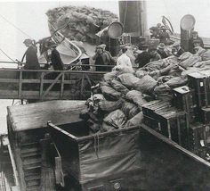 Passengers and cargo boarding the Titanic !