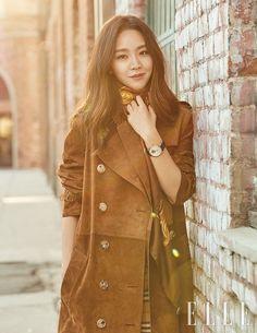 Shin Hye Sun pour Elle Korea : chic dans les rues de L. Korean Actresses, Korean Actors, Actors & Actresses, Lee Jong Suk, Park Min Young, Kdrama Actors, Female Stars, Korean Celebrities, Korean Outfits