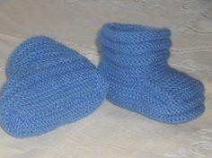 Вяжем голубые пинетки