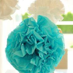 Selbstgemachte Pompoms aus Seidenpapier hübschen jede Tafel auf.