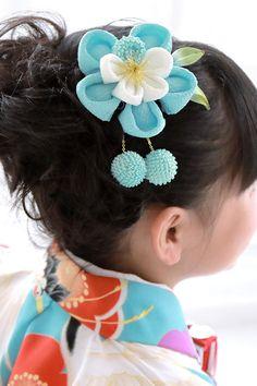 【楽天市場】髪飾り つまみ細工 水色 スカイブルー 白 梅 花 縮緬 ちりめん 正絹 コーム モダン 成人式 振袖向け 卒業式 ヘアアクセサリー【あす楽対応】:きもの館 創美苑 Cloth Flowers, Flowers In Hair, Fabric Flowers, Diy Hairstyles, Wedding Hairstyles, Kanzashi Flowers, Diy Hair Bows, Head Accessories, Hair Ornaments