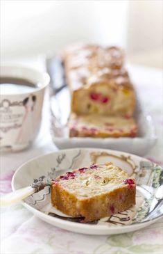 Une recette de cake moelleux aux pommes et aux cranberries fraîches, avec beaucoup de fruits, peu de beurre et de farine.