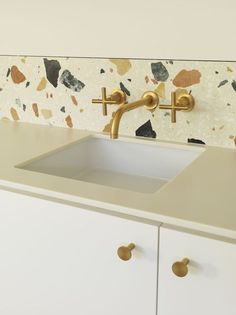 White terrazzo with large colored inserts as a backsplash for a white kitchen. Terrazzo inspiration for home interiors and redecoration ideas. Kitchen Cabinet Knobs, Wood Kitchen Cabinets, Kitchen Countertops, Kitchen Backsplash, Faucet Kitchen, Brass Kitchen, Home Interior, Bathroom Interior, Kitchen Interior