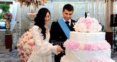 Dettagli personalizzati delle nozze. Il topper cake che rappresenta l'immagine degli sposi