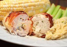 Si te gusta el pollo, no te puedes perder nuestra receta de hoy, unas pechugas de pollo al horno que van rellenas de queso crema Philadelphia y envueltas c