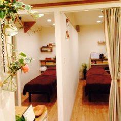 2部屋 Massage Room Design, Massage Room Decor, Spa Room Decor, Spa Interior, Salon Interior Design, Spa Treatment Room, Beauty Salon Decor Treatment Rooms, Small Spa, Esthetician Room