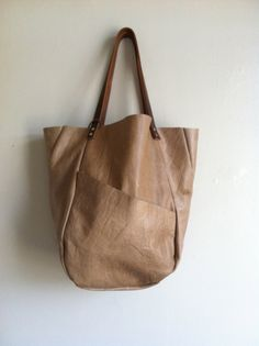 by Hawke & Carry. Like this simple leather tote Spring Bags, Leather Projects, Big Bags, Shopper, Tote Bag, Mode Outfits, Beautiful Bags, Leather Working, Fashion Bags