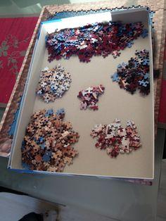 Rand raussuchen hat man sich ja Dank Rahmen gespart , aber bischen Sortieren muss man trotzdem ;) Sprinkles, Puzzle, Candy, Food, Awesome Things, Sorting, Paper Board, Frame, Puzzles