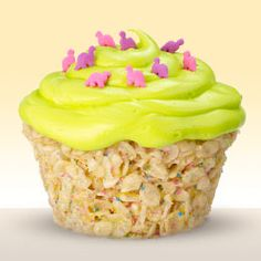 rice krispie treat cupcakes, what a great idea! Great idea for kids with peanut allergies who usually can't have cupcakes from cake mixes or the store! Köstliche Desserts, Delicious Desserts, Dessert Recipes, Yummy Food, Dessert Healthy, Think Food, I Love Food, Yummy Treats, Sweet Treats