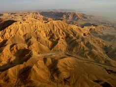 Valle de las Reinas es el nombre de la necrópolis del antiguo Egipto donde fueron enterrados reinas y príncipes de las dinastías XIX y XX,