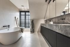 Modern bathroom vanities are marked by their simplified and functional signature design. Drifting bathroom vanities are ideal for the modern aesthetic. Tub Remodel, Diy Bathroom Remodel, Bathroom Renovations, Grey Bathrooms, Modern Bathroom, Master Bathroom, Small Bathtub, Wooden Bathtub, Bathroom Toilets