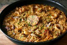 Arroz a la cazuela con calamares y setas. Receta muy fácil para hacer un arroz con calamares y setas.