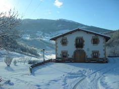 La Casa Rural Arregi se encuentra en una zona tranquila a 3 km de Oñate y goza de vistas panorámicas a las montañas.