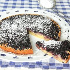 Blåbär i kladdkakan är gudomligt gott – en riktig underbar sommarkaka som är god med glass, vaniljsås eller vispgrädde!