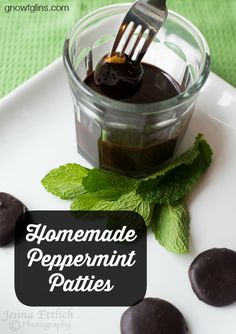Homemade Peppermint Patties | Today, I'm really thrilled to share my homemade peppermint patties -- a treat my family loves. Only I've made them a little more nutritious. Enjoy the minty freshness -- not only will you catch the attention of your loved ones' taste buds, you given them a relatively healthy sweet treat! | GNOWFGLINS.com