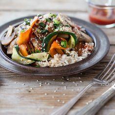 Bibimbap ist gesund, lecker und macht satt – das koreanische Reisgericht bietet also die besten Voraussetzungen, sich auch hierzulande zu einem Klassiker zu mausern. Scharfe Sriracha-Chilisauce sorgt außerdem für die Extraportion exotische Würze.