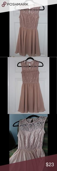 H&M Pale Pink lace & pleated dress My favorite dress I've worn and you'll love it too! Good condition, beautiful lace, button loop in back of neckline. The color is a pale pink, it was hard get the lighting to be true to the color in ever picture. Lightly lined. H&M Dresses Midi