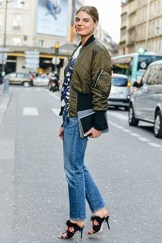 look bomber jacket verde, calça jeans e mule