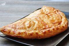 200 g di pasta sfoglia 100 g di prosciutto cotto 50 g di fontina valdostana pepe 1 uovo sale fino