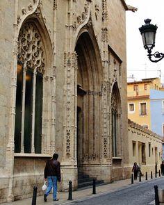 Pórtico gótico en la Lonja de la Seda de Valencia