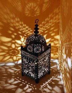 Otra idea que juega con la iluminación, con ella conseguiras gran contraste y sombras relajantes en toda la estancia, si ademas es con una vela, la llama hara oscilar las sombras que dará un ambiente mas natural e intimo