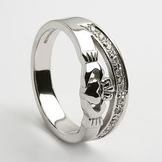 i don't ever think about getting married, but this ring is too perfect for a wedding ring. how beautiful!
