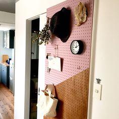 シンプルだからアイデア光る!有孔ボード使いこなし術10選 | RoomClip mag | 暮らしとインテリアのwebマガジン Wall Lights, Interior, Home Decor, Ply Wood, Living Room, Board, Shop, Ideas, Lawn And Garden