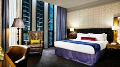 Hotel Sax Chicago: All rooms feature a minibar with gourmet snacks and Baronessa Cali amenities.