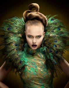 Gabby LOVES this incredible editorial makeup mag. Peacock Costume, Peacock Dress, Peacock Colors, Peacock Feathers, Peacock Makeup, Green Peacock, High Fashion Hair, High Fashion Makeup, Hair Rainbow